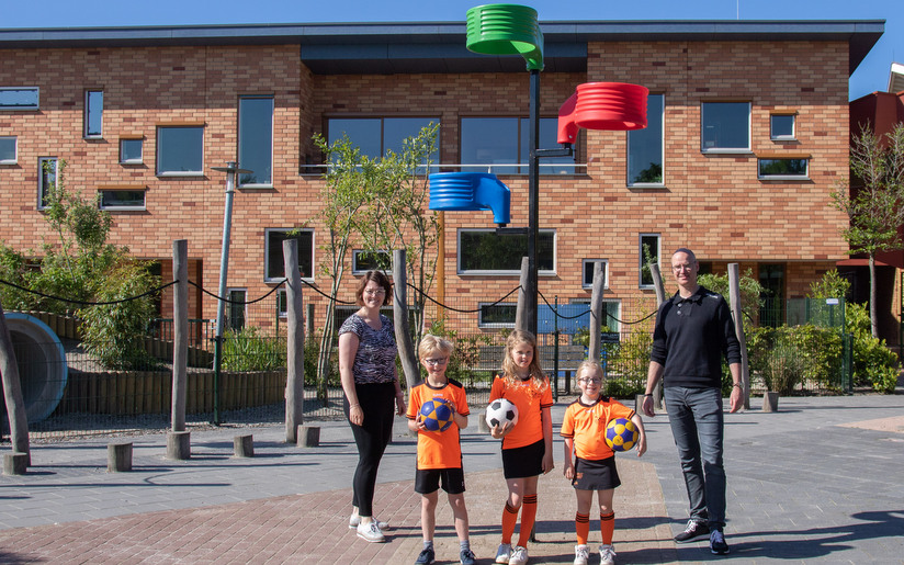 Plaatsing van een korfbalboom door korfbalboomproject bij Montessori Kindcentrum in de kleuren van het logo